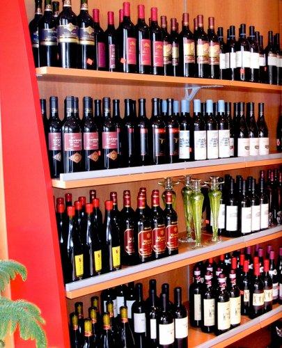 Enoteca prodotti appia office arredi negozi for Cioccari arredamenti via appia